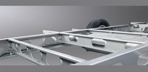 自行式旅居车底盘是以轻型结构的热镀锌低平面车架和